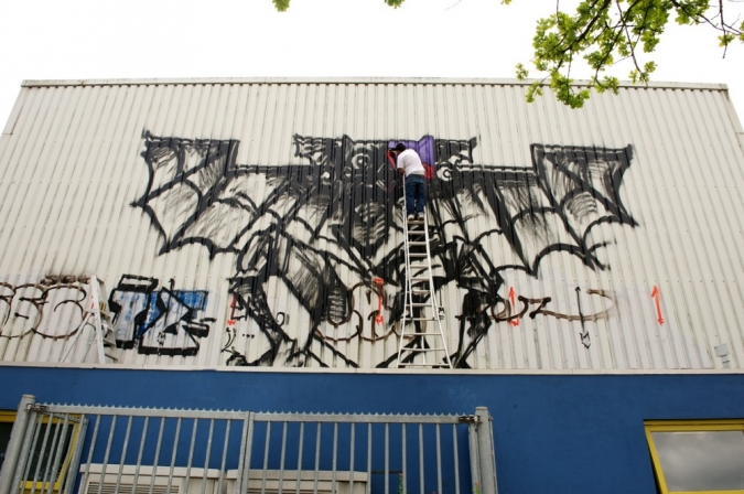 Benuz from Mexico paints a large size mural in Heerlen